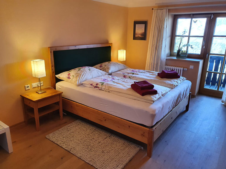 Schlafzimmer mit Ausgang zum Balkon